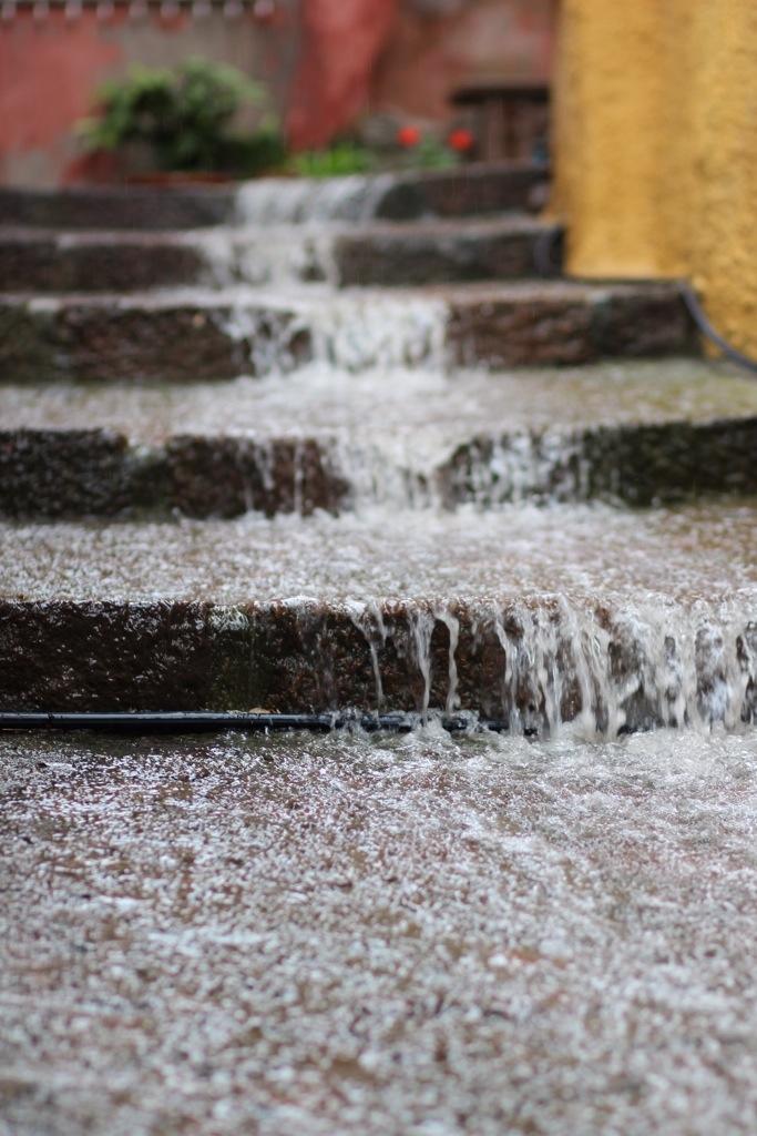 Regnvattnet forsar genom gränderna i Castelsardo