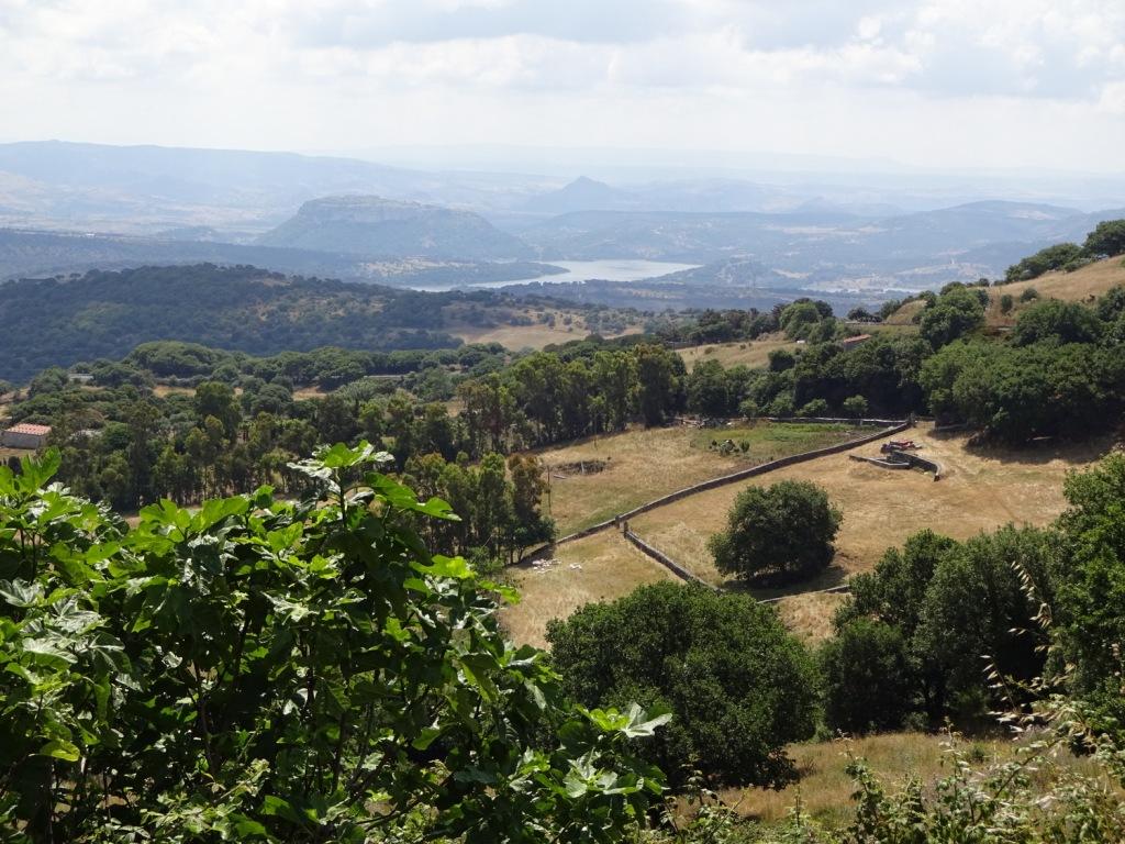 Utsikt från Villanova Monteleone över Temosjön och Monteleone Rocca Doria